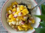 Frühstücksbowl mit Mango, Pfirsich und Apfel