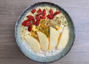 Frühstücksbowl mit Passionsfrucht, Apfel und Gojibeeren
