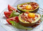 Gebackene Avocado mit Ei und Bacon