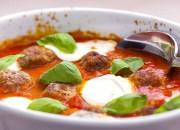 Gebackene Hackbällchen mit Tomaten und Mozzarella