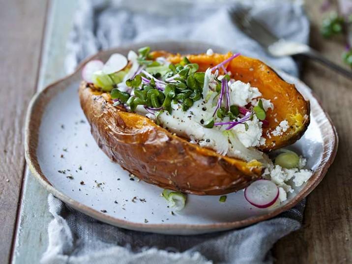 Gebackene Süßkartoffel mit Feta, Radieschen und Kresse