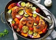 Gebackenes Hähnchen mit buntem Gemüse