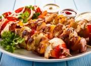 Gebratene Fleischspieße mit Gemüse