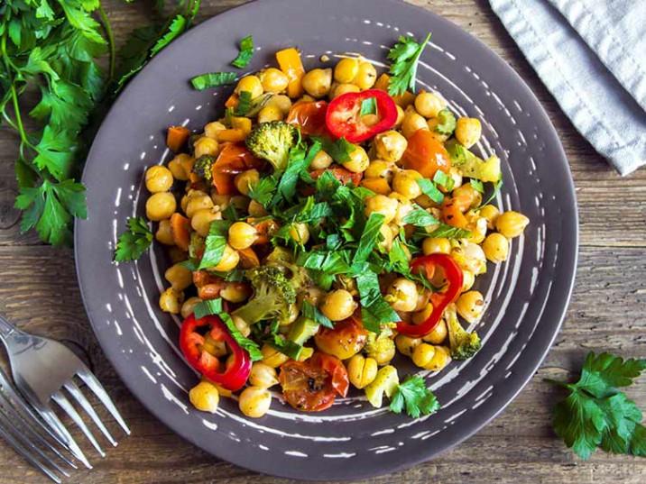 Gebratene Kichererbsen mit Kurkuma, Tomaten und Brokkoli