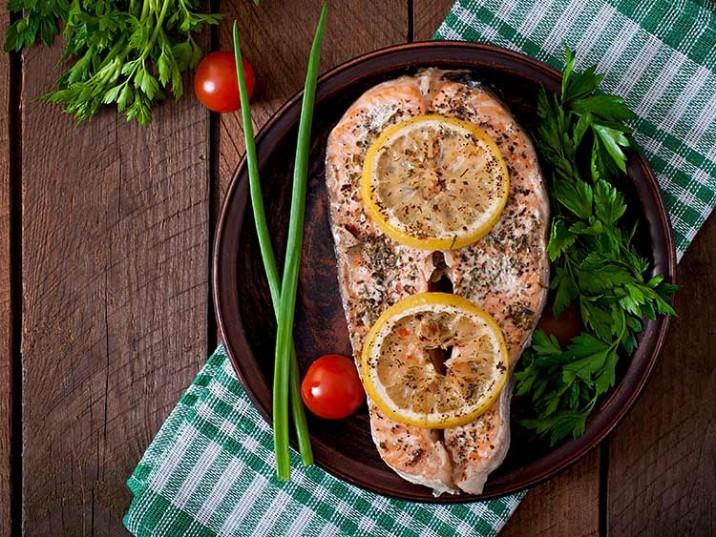 Gebratener Lachs mit Thymian und Zitrone