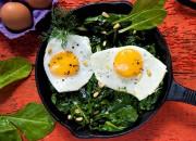 Gebratener Spinat mit Pinienkerne und Spiegeleier