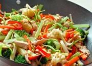 Gebratenes Gemüse mit Huhn im Wok