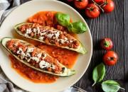 Gefüllte Zucchini mit Tomaten-Gemüse-Sauce