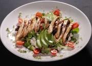 Gegrillte Hähnchenbrust mit Avocado, Salat und Käse