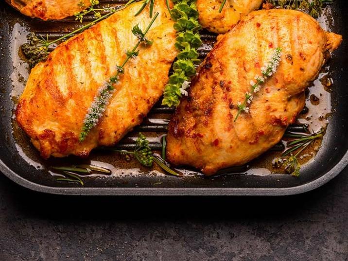 Gegrillte Hähnchenbrust mit frischen Kräutern