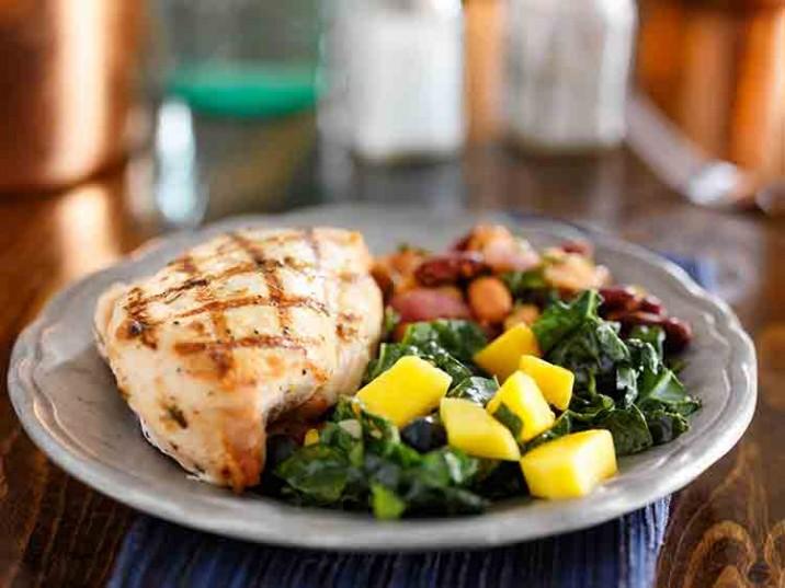 Gegrillte Hähnchenbrust mit Grünkohl und Bohnensalat