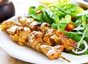 Gegrillte Hähnchenspieße mit Blattsalat