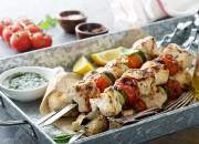 Gegrillte Hähnchenspieße mit Salsa Verde