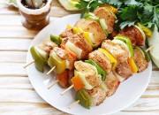 Gegrillte Hähnchenspieße mit Zwiebeln und Paprika