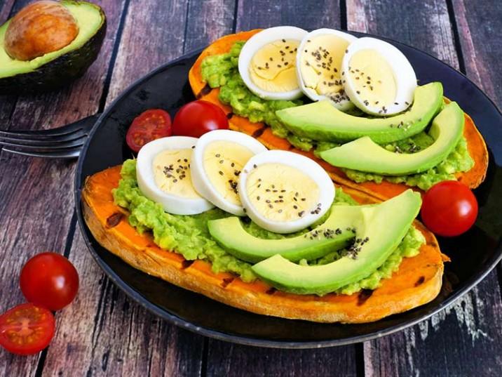 Gegrillte Süßkartoffel mit Avocadocreme und Ei