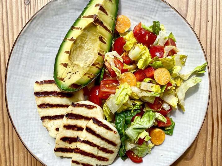 Gegrillter Halloumi mit Avocado und Gemüse