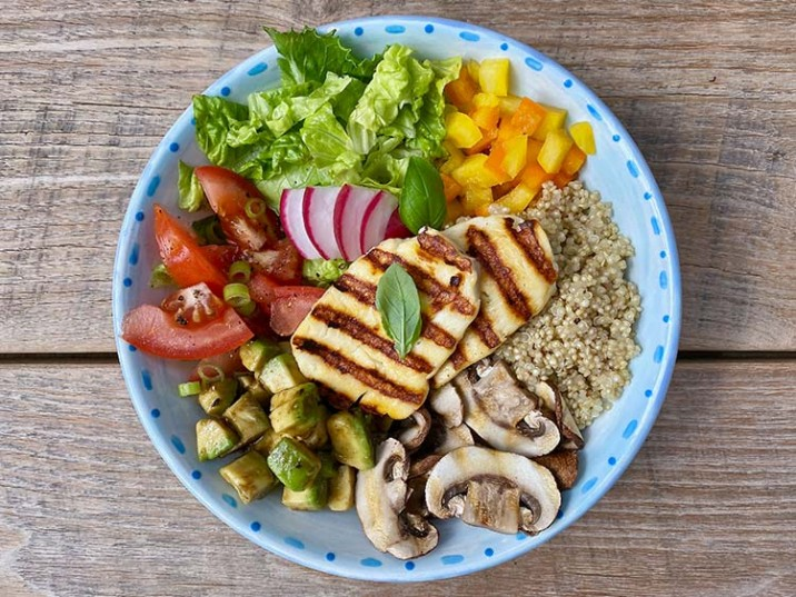 Gegrillter Halloumi mit Champignons, Gemüse und Quinoa