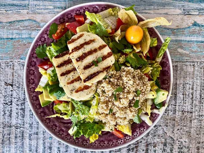 Gegrillter Halloumi mit Salat