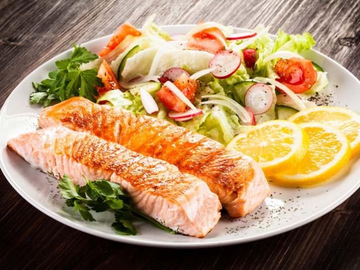 Gegrillter Lachs mit Salat