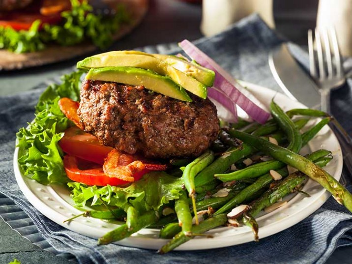 Gegrillter Paleo Hamburger mit Avocado und Bohnen