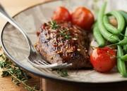 Gegrilltes Rindersteak mit Thymian und grünen Bohnen