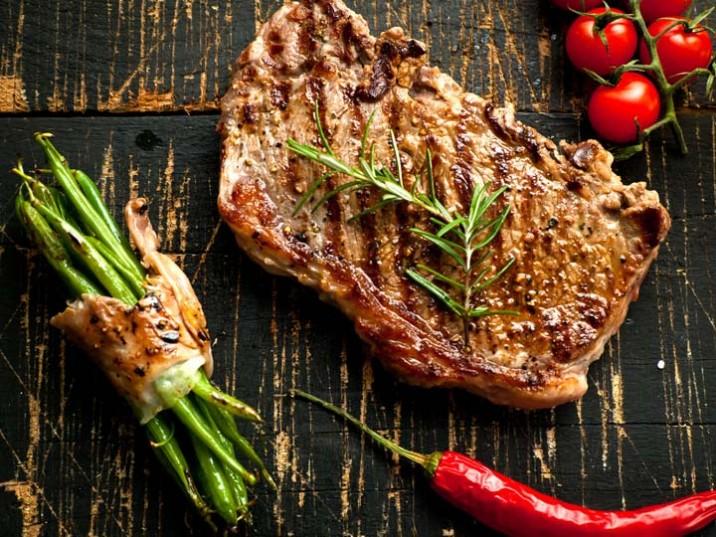 gegrilltes steak mit gr nen bohnen. Black Bedroom Furniture Sets. Home Design Ideas