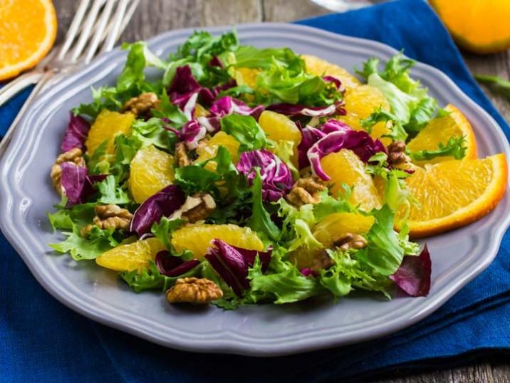 Gemischter Salat mit Orangen und Walnüssen