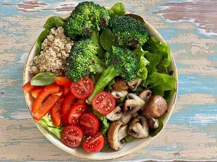 Gemüse-Bowl mit Brokkoli, Champignons und Tomaten