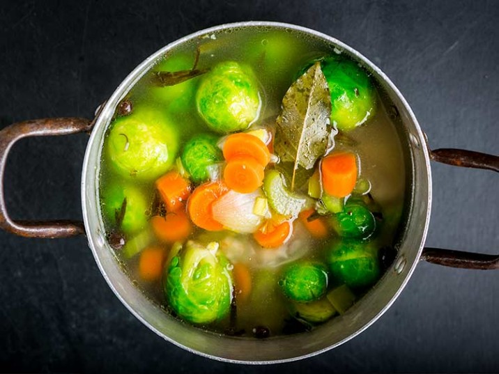 Gemüse Suppe mit Rosenkohl