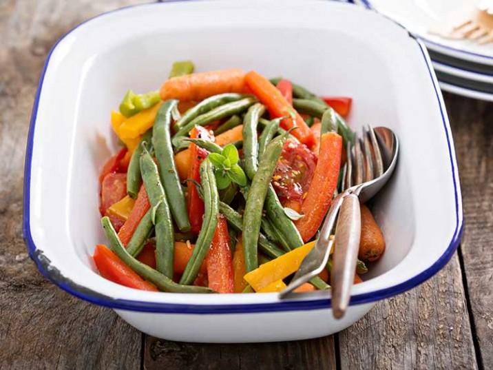 Gemüsepfanne mit Bohnen, Paprika und Möhren