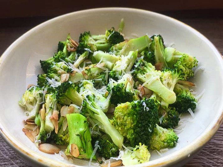 Gerösteter Brokkoli mit Parmesan und Mandeln