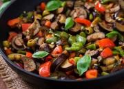 Geschmorte Gemüsepfanne mit Auberginen, Paprika, Oliven und Kapern