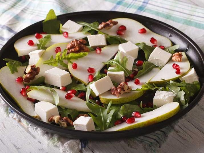 Gesunder Salat mit Birne, Rucola, Feta und Walnüssen