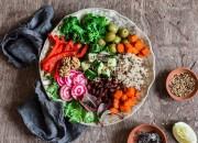 Good Life Bowl mit Quinoa, Rote Bete, Kürbis, Broccoli und Walnüssen