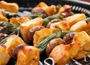 Grillspieße mit Huhn, Pimientos und Pilzen