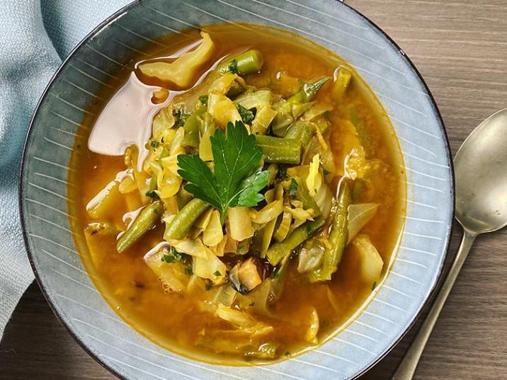 Grüne Bohnen Suppe mit Spitzkohl und Sellerie