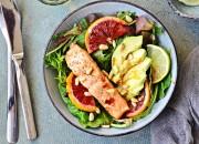 Grüne Bowl mit Lachs und Grapefruit