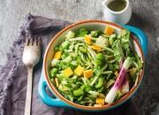 Grüner Salat mit Bohnen, Cheddar und Limetten-Dressing