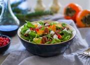 Grüner Salat mit Kaki und Pekannüsse