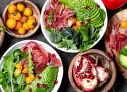 Grüner Salat mit Serrano Schinken, Avocado, Granatapfel und Physalis