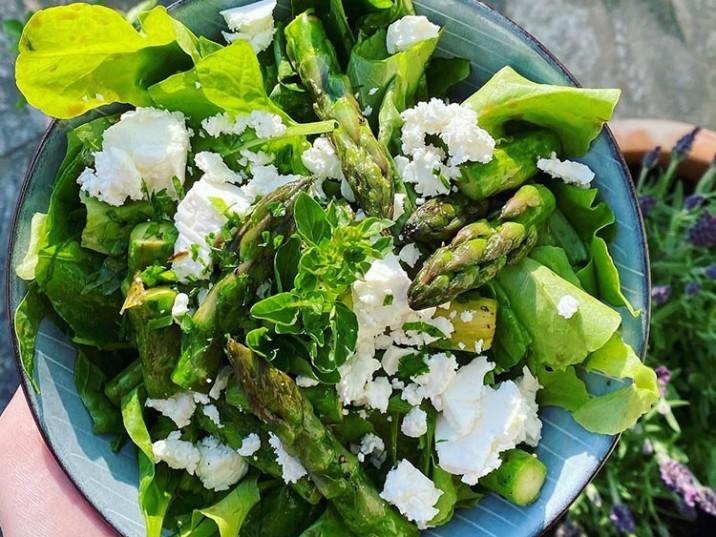 Grüner Salat mit Spargel und Feta