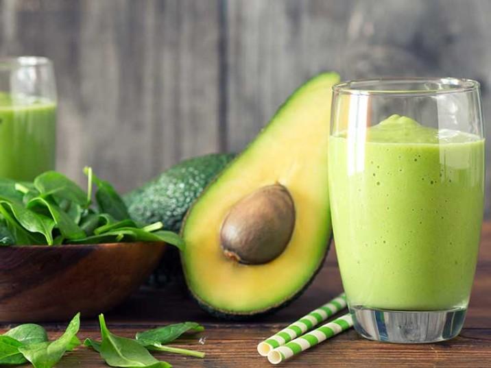 Grüner Smoothie mit Avocado, Spinat und Banane