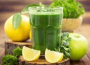 Grüner Smoothie mit Avocado und Spinat