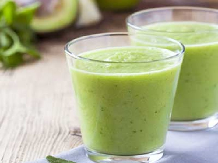 Grüner Smoothie mit Spinat und Avocado