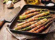 Grüner Spargel mit Bacon ummantelt
