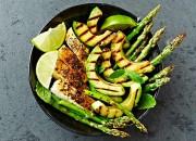 Grüner Spargel mit Hähnchenbrust und Avocado