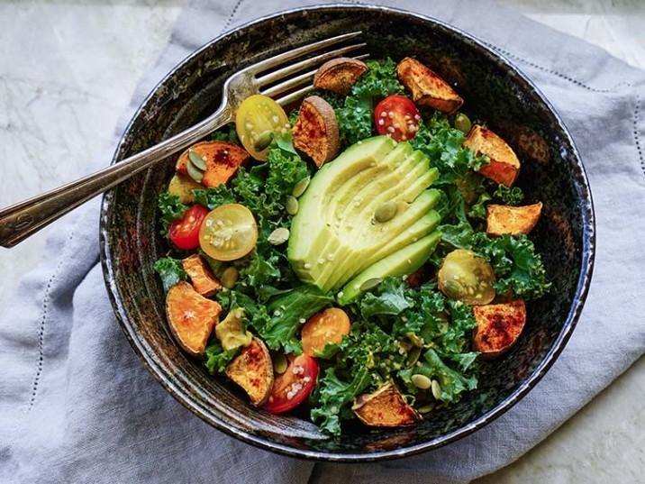 Grünkohlsalat mit gebackener Süßkartoffel und Avocado