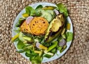 Grüner Salat mit Spargel und Avocado