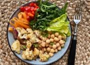 Gyros Blumenkohl Bowl mit frischem Gemüse