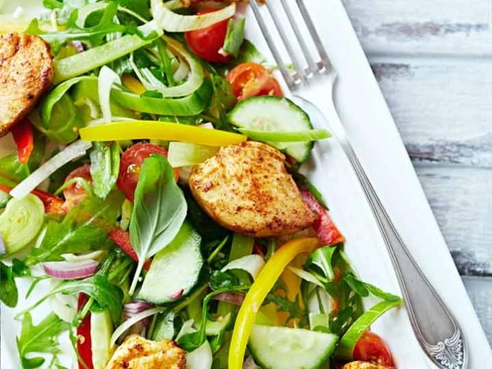 Hähnchen-Gemüse-Salat mit frischen Kräutern